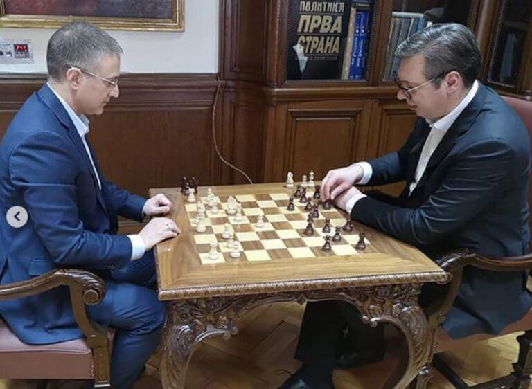 """Σερβία: Ο Βούτσιτς έπαιζε… σκάκι όσο τον """"πολιορκούσαν"""" οι διαδηλωτές!"""