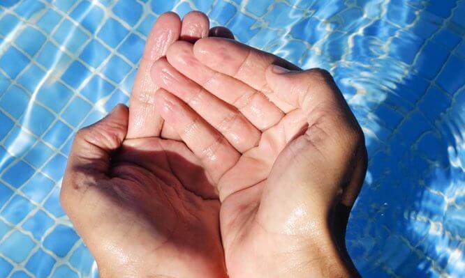 Το μυστήριο με τα δάχτυλα που «ζαρώνουν» όταν μένουν πολλή ώρα στο νερό