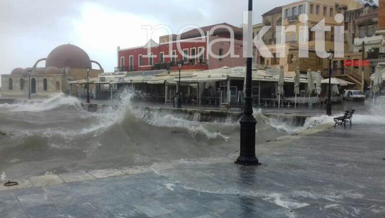 Καιρός – Κρήτη: «Εξαφανίστηκε» από τα τεράστια κύματα το ενετικό λιμάνι στα Χανιά! [pics]