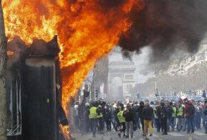 Κίτρινα γιλέκα: Εικόνες χάους με λεηλατημένα μαγαζιά στο Παρίσι