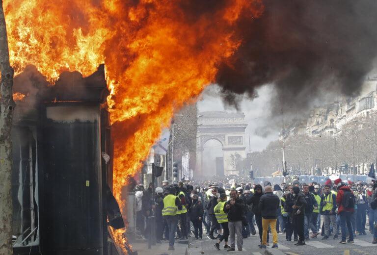 Κίτρινα γιλέκα: Απαγόρευση συγκεντρώσεων στα Ηλύσια Πεδία μετά τις φωτιές και τις λεηλασίες