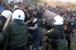 Θεσσαλονίκη: Νέα επεισόδια στα Διαβατά – ΜΑΤ απέναντι σε μετανάστες – Συγκρούσεις στην κάμερα!