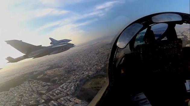 """Η στιγμή που τα μαχητικά του """"Ηνίοχου"""" πετούν πάνω από την Ακρόπολη – video"""