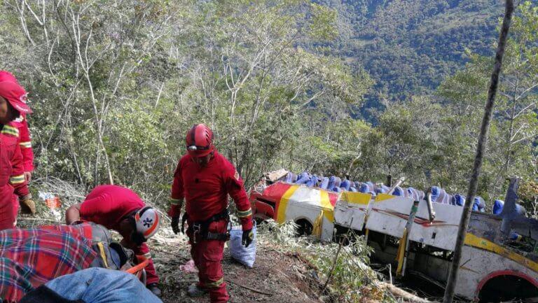 Βολιβία: Τουλάχιστον 25 νεκροί από πτώση λεωφορείου σε χαράδρα!