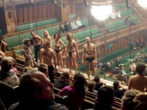 Brexit: Ημίγυμνοι διαδηλωτές εισέβαλαν στο κοινοβούλιο – 12 συλλήψεις για προσβολή της δημοσίας αιδούς