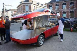 Σε κομμένο στα δύο Fiat κουπέ σερβίρονται τηγανιτές πατάτες [video]