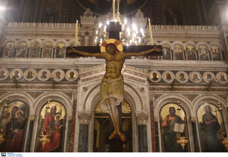 Καστελόριζο: Οι «φύλακες άγγελοι» της ιστορικής εκκλησίας – Μαγνητίζει τα βλέμματα το αρραβωνιασμένο ζευγάρι!