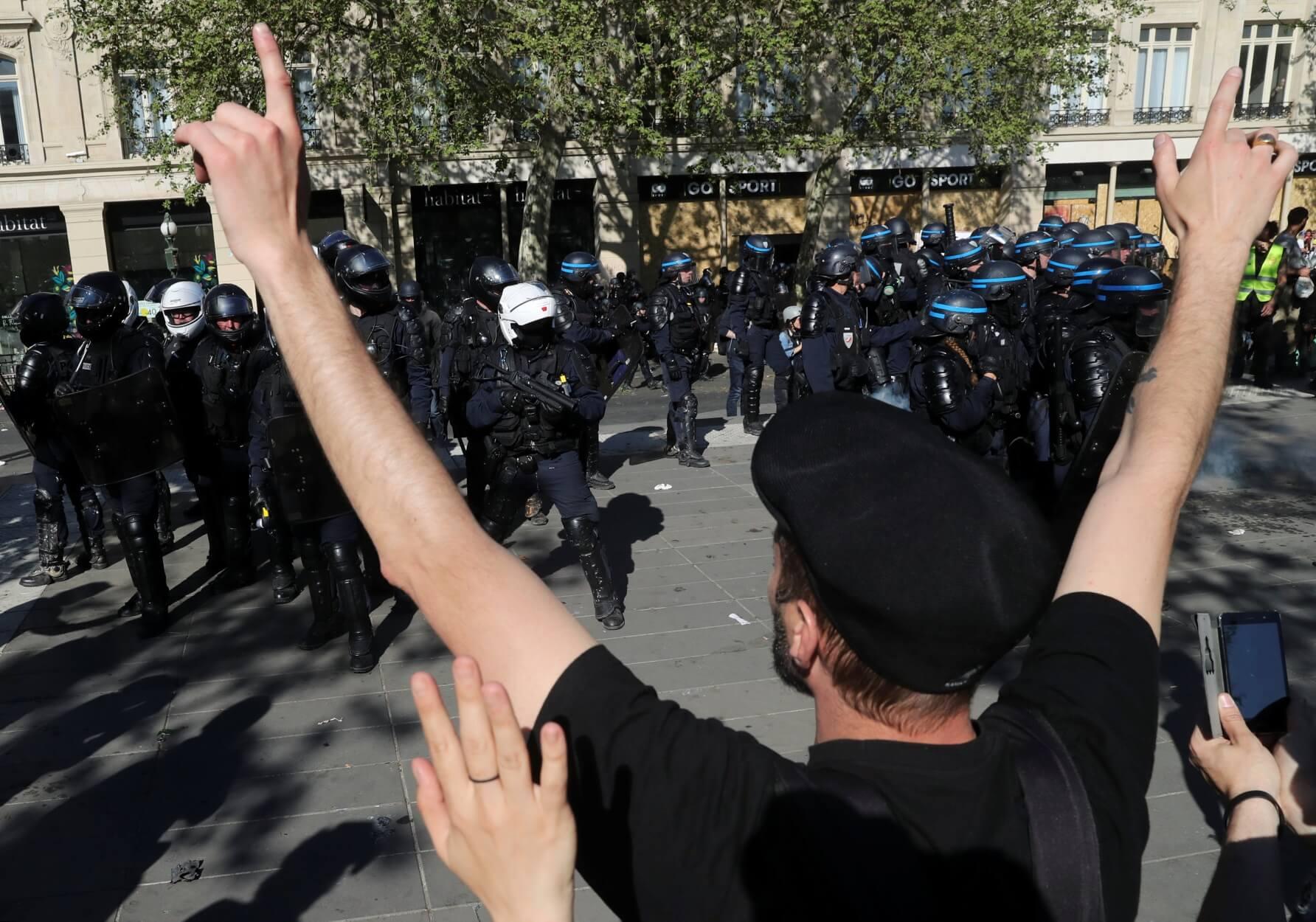 """Κίτρινα Γιλέκα: Διαδηλωτής φώναζε στους αστυνομικούς """"αυτοκτονήστε, αυτοκτονήστε""""!"""