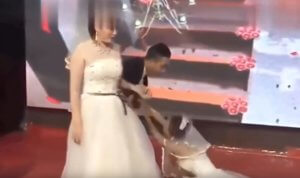 0d5ecd54975d Κόλαση! Πήγε ντυμένη νύφη στον γάμο του πρώην της!  video