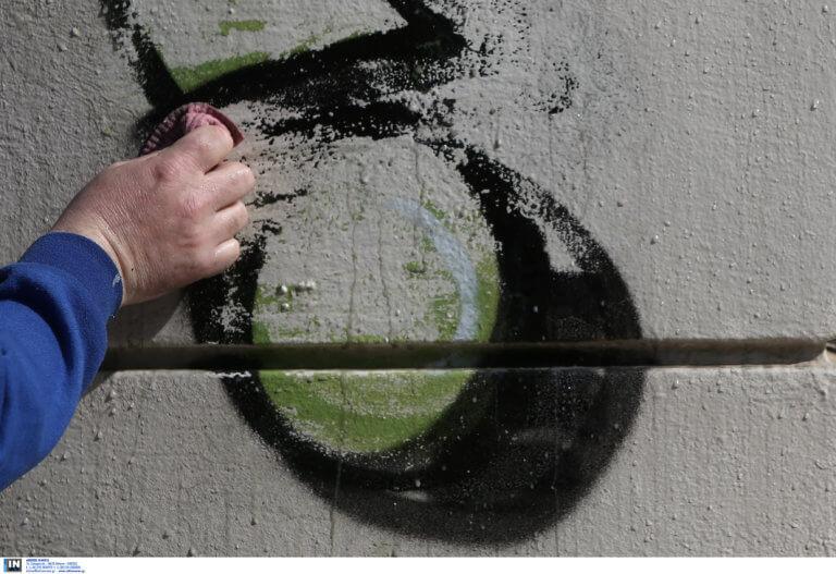 Ο Δήμος Αθηναίων σβήνει γκράφιτι από κτίρια στο ιστορικό κέντρο