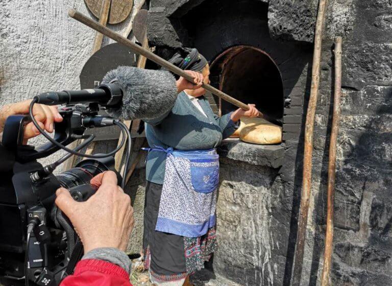 Κάρπαθος: Η παραδοσιακή γιαγιά, η διάσημη Ιταλίδα δημοσιογράφος και το μεγάλο στοίχημα [pics]
