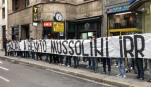 Οπαδοί της Λάτσιο σήκωσαν φασιστικό πανό για τον Μουσολίνι! video