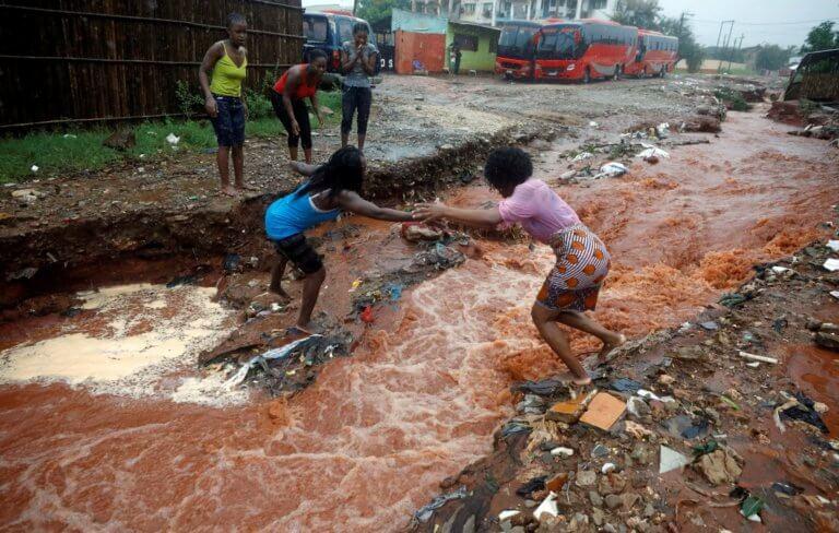 Μοζαμβίκη: Συγκλονιστικά πλάνα από το φονικό πέρασμα του κυκλώνα Κένεθ – video