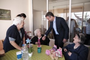 Μητσοτάκης: Συναντήθηκε με ηλικιωμένους και ανακοίνωσε μέτρα στήριξης της 3ης ηλικίας!