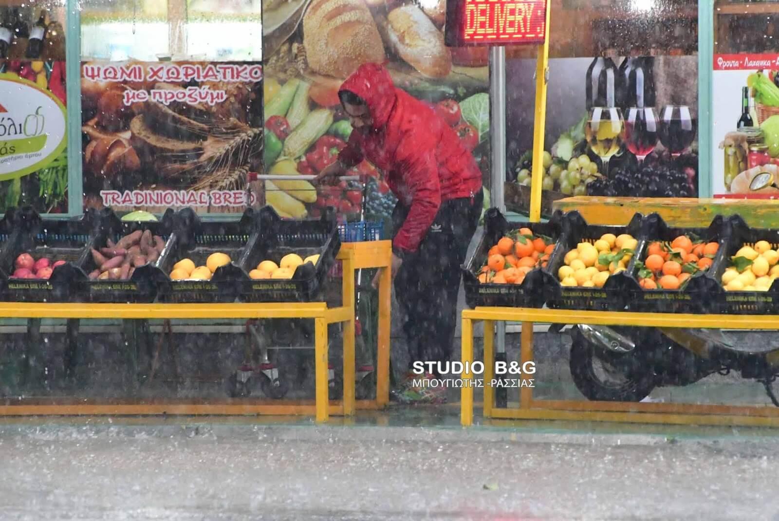 Ναύπλιο: Άνοιξαν οι ουρανοί και μούλιασαν στους δρόμους – Σφοδρή καταιγίδα στην πόλη!