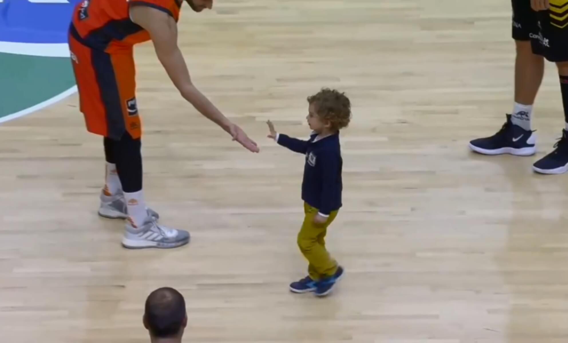 Η πιο… γλυκιά εισβολή! Παιδάκι διέκοψε το Βαλένθια – Τενερίφη – video