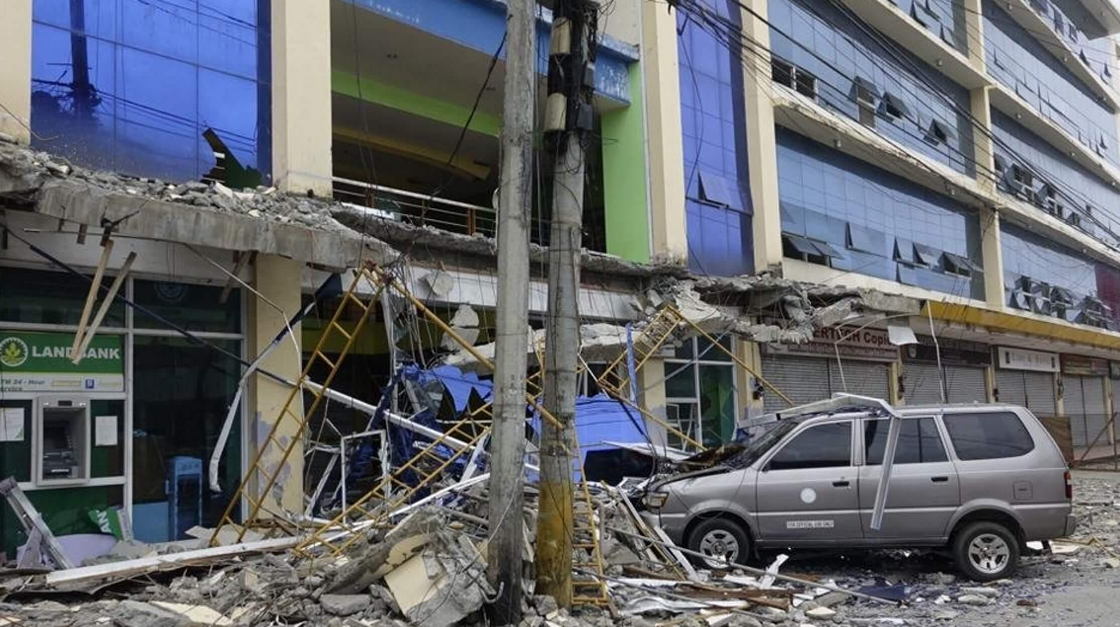 Συγκλονιστικά πλάνα από τα φονικά 6,3 Ρίχτερ στις Φιλιππίνες - Ουρανοξύστες πάλλονταν - Δρόμοι σχίστηκαν! [pics, videos]