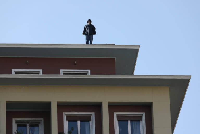 Υπουργείο Εσωτερικών: Απολυμένος συμβασιούχος στην ταράτσα του κτιρίου! [pics]