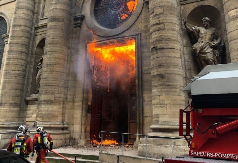 Παναγία των Παρισίων: Πριν από ένα μήνα ένας ακόμη ναός τυλίχθηκε στις φλόγες
