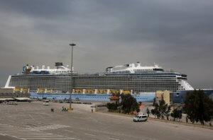 Λιμάνι Πειραιά: Έκρυψε τον ήλιο ο γίγαντας των ωκεανών – Εντυπωσιακές φωτογραφίες!