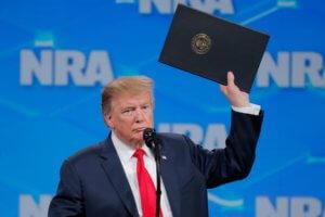 Τραμπ: Απέσυρε τις ΗΠΑ από τη Συνθήκη για την Εμπορία Όπλων