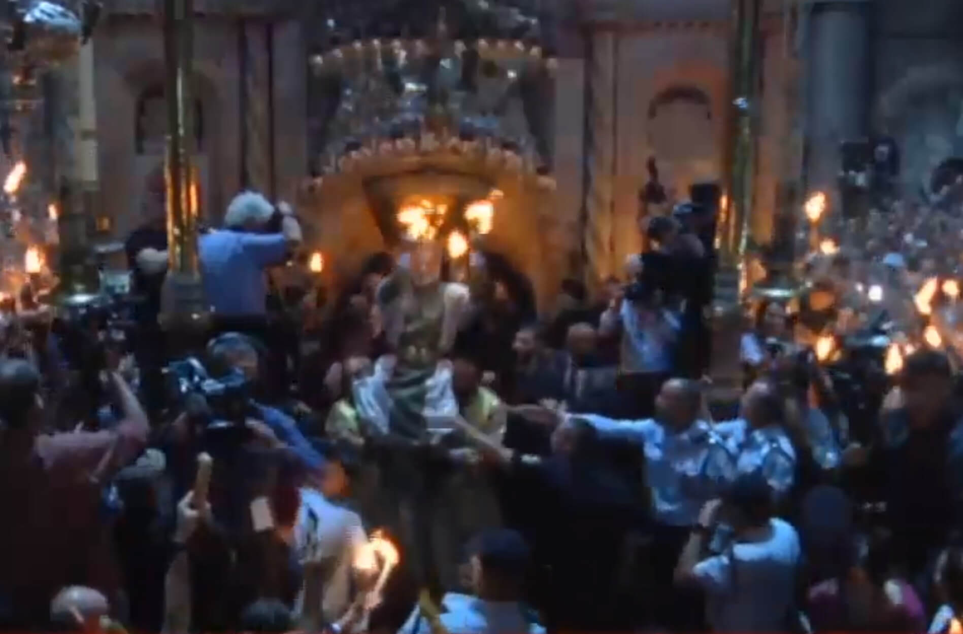 """Άγιο Φως: Με λαμπρότητα η τελετή αφής – Πως θα φτάσει σε κάθε """"γωνιά"""" της Ελλάδας – video"""