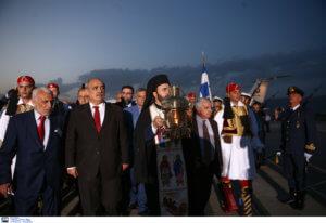 Στην Αθήνα το Άγιο Φως – Υποδοχή με τιμές αρχηγού κράτους [pics]