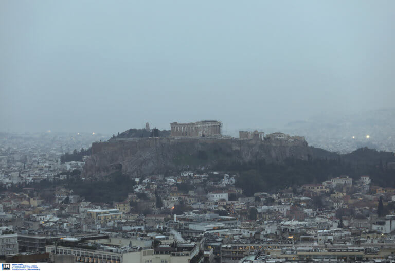 Έπεσε κεραυνός στην Ακρόπολη – Τέσσερις τραυματίες