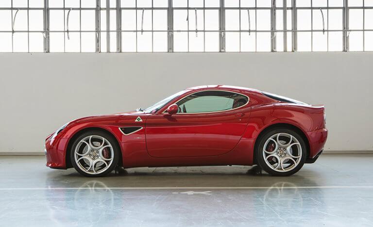 Μπορείς ακόμα να αποκτήσεις την πανέμορφη Alfa Romeo 8C σε κατάσταση βιτρίνας
