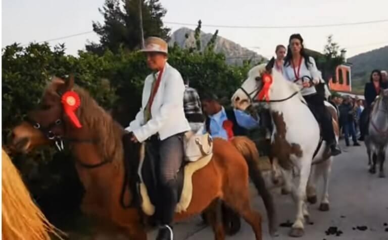 Ναύπλιο: Η περιφορά της εικόνας του Αγίου Γεωργίου με άλογα – Τίμησαν τον Μεγαλομάρτυρα – video