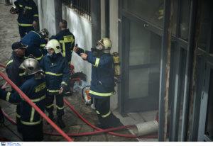Θεσσαλονίκη: Υπό έλεγχο η φωτιά στο ΑΠΘ – Οι πυροσβέστες έσπασαν τζάμια παραθύρων και λουκέτα [pics, video]