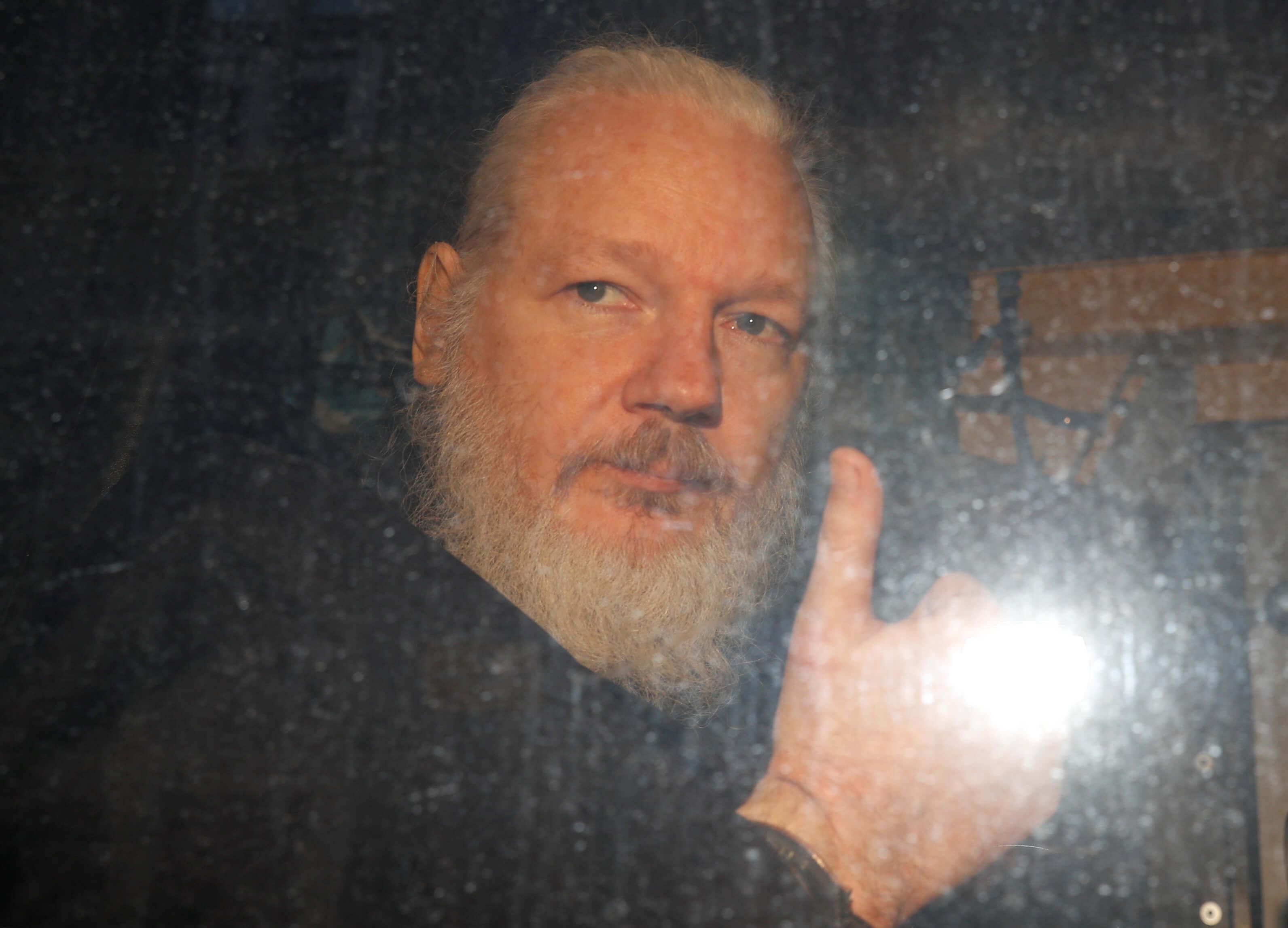 """Σοκάρει η εικόνα του Τζούλιαν Ασάνζ τη στιγμή της σύλληψής του – Με αίτημα των ΗΠΑ η σύλληψή του – Τέλος η """"προστασία"""" του Ισημερινού"""