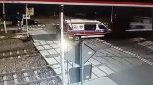 Σοκ! Ασθενοφόρο συνθλίβεται από τρένο! – video