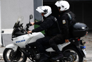 Επίθεση σε αστυνομικούς στο κέντρο της Αθήνας! Τραυματίας ένας αστυνομικός