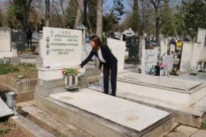 Μπέτυ Μπαζιάνα: Άφησε λουλούδια στον τάφο του Αλέξη Ζορμπά