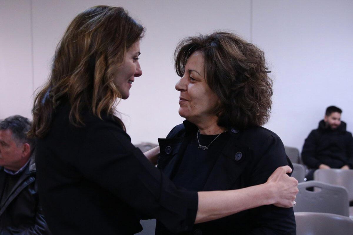 Η αγκαλιά της Μπέτυς Μπαζιάνα στη Μάγδα Φύσσα στη δίκη της Χρυσής Αυγής (εικόνες)