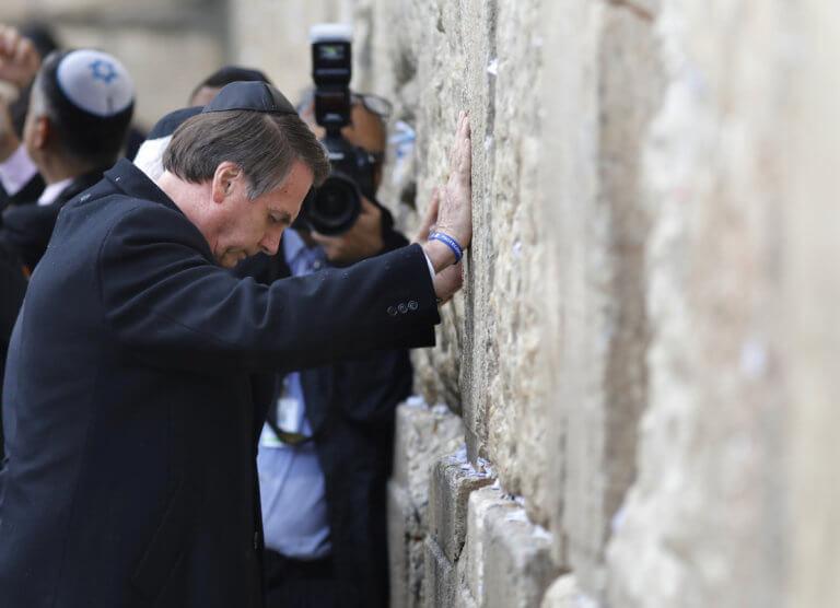 Στην Ιερουσαλήμ ο Μπολσονάρο – Προσευχήθηκε στο Τείχος των Δακρύων