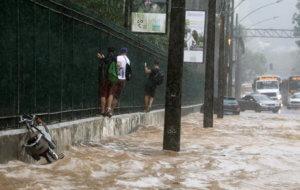 Πνίγηκε το Ρίο Ντε Τζανέιρο – Απίστευτες εικόνες