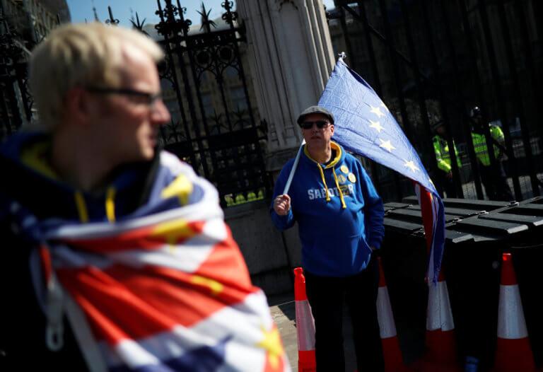 Brexit: Το «μετέωρο βήμα» της Μέι και οι πιέσεις για «ήπιο» διαζύγιο