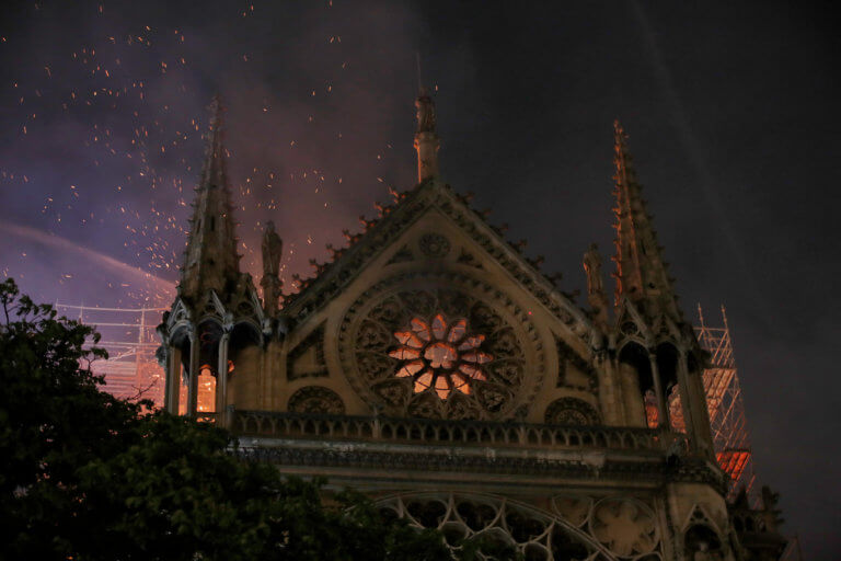 Παναγία των Παρισίων: Κατέρρευσε η οροφή από την φωτιά!