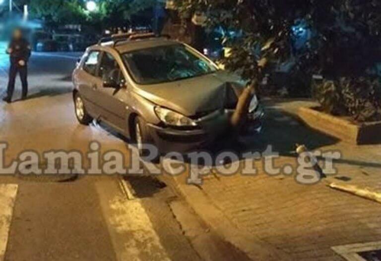 Λαμία: Η τρελή πορεία του αυτοκίνητου σταμάτησε στο δέντρο – Σώθηκαν οδηγός και συνοδηγός [pics]