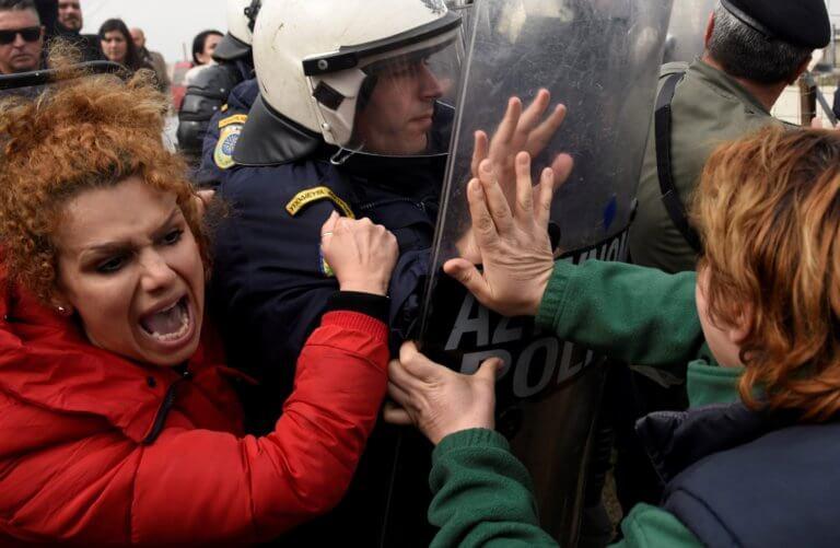 Διαβατά: Νέα άγρια επεισόδια ανάμεσα σε πρόσφυγες και αστυνομικούς!