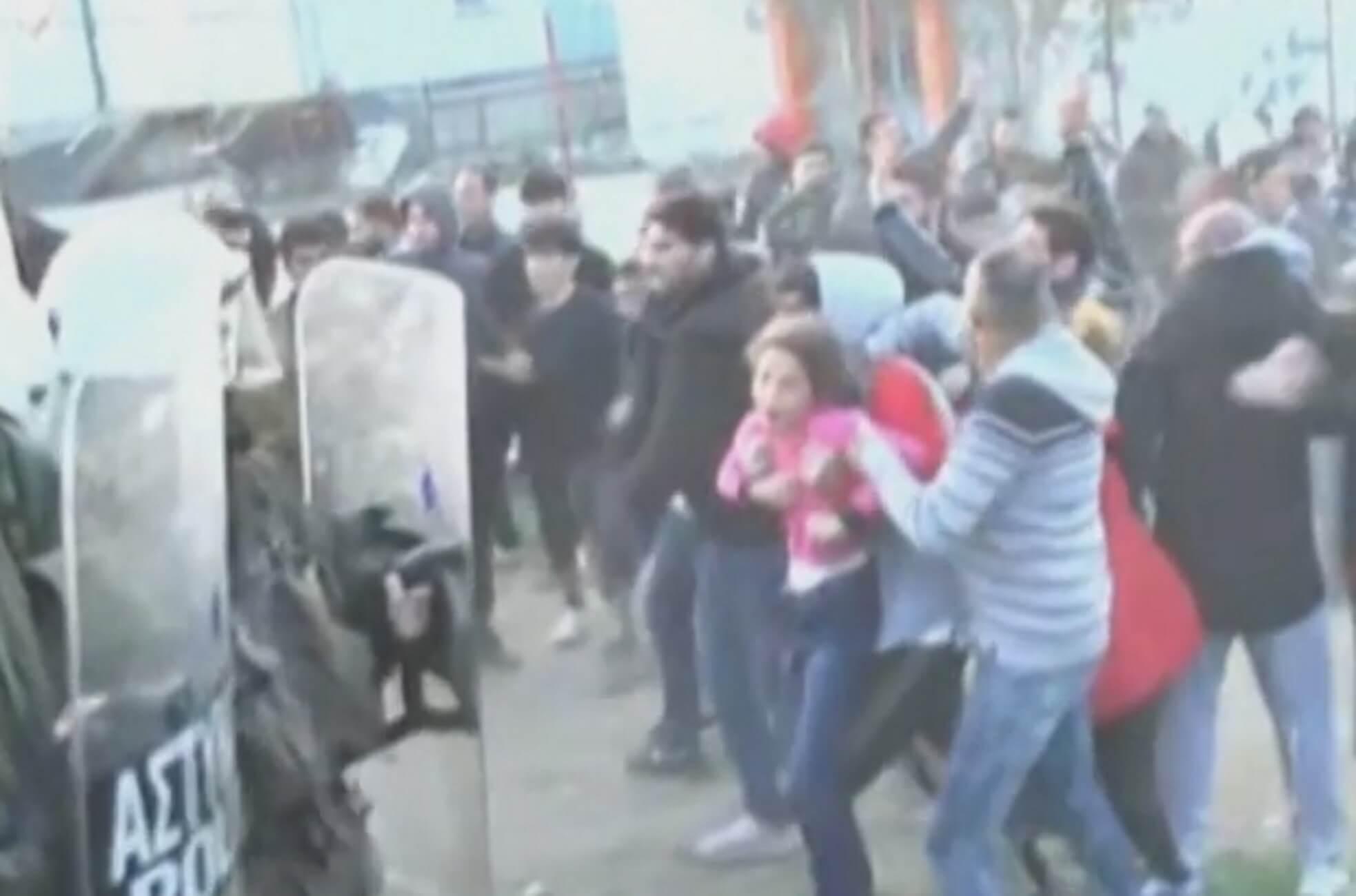 Διαβατά: Αδιανόητες εικόνες στα επεισόδια – Η στιγμή που πετάνε μικρό κοριτσάκι σε αστυνομικούς – video