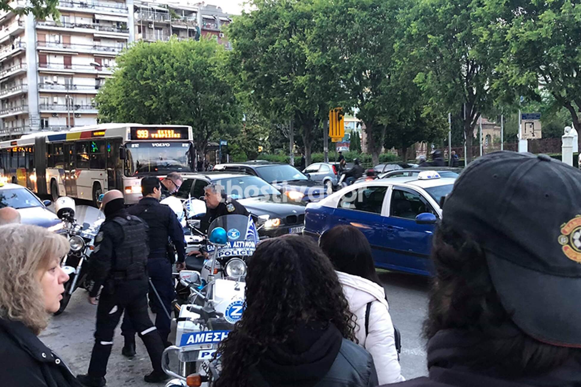 Θεσσαλονίκη: Πέταξε τη γυναίκα του από το αυτοκίνητο μπροστά στα παιδιά τους [pics]