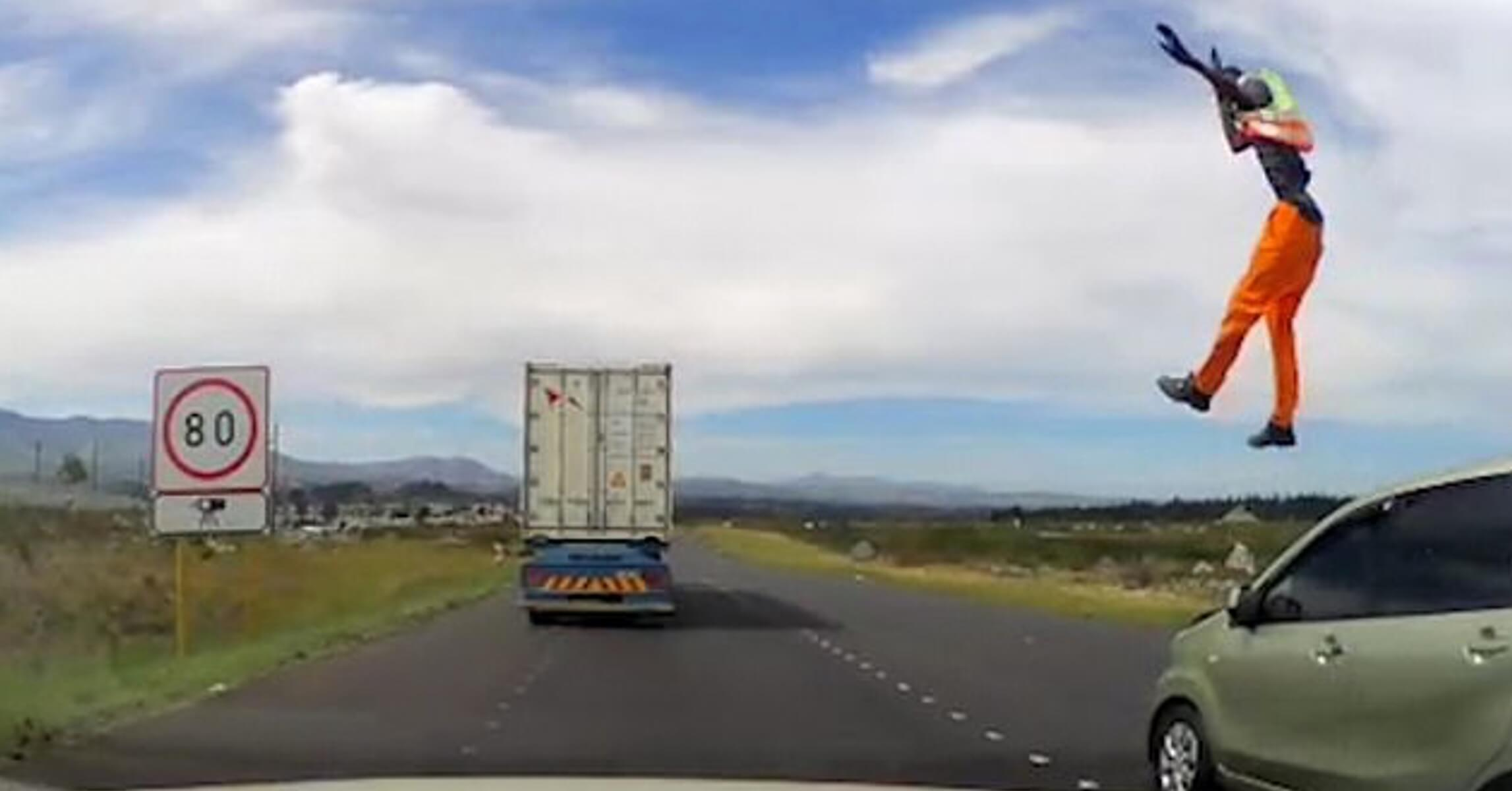 Αυτοκίνητο παρασύρει εργάτη και τον πετάει στον αέρα! Σοκαριστικό βίντεο