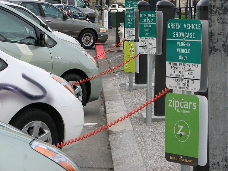 H αυτοκινητοβιομηχανία «πνίγεται» από την αυξανόμενη ζήτηση ηλεκτρικών οχημάτων
