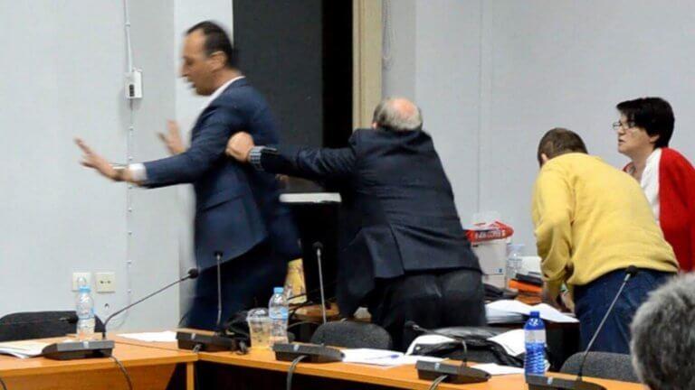 Τρίκαλα: Εικόνες ντροπής στο δημοτικό συμβούλιο Φαρκαδόνας – Πιάστηκαν ξανά στα χέρια – video