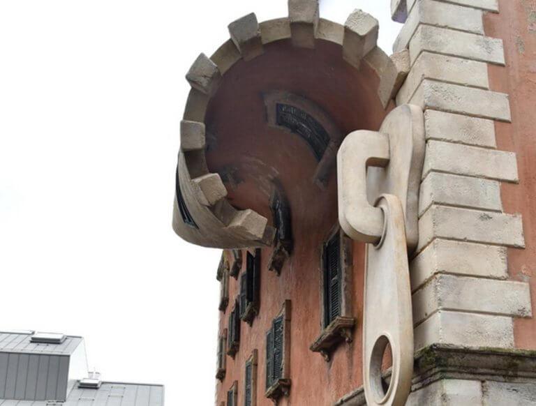 Αυτό και αν είναι τέχνη! «Κατέβασε το φερμουάρ» σε κτήριο στο Μιλάνο