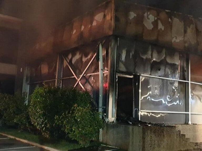Σέρρες: Εικόνες καταστροφής μετά τη μεγάλη φωτιά σε εργοστάσιο ζαχαροπλαστικής – Η ολονύχτια μάχη – video