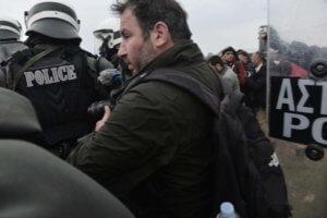 Αυτός είναι ο φωτορεπόρτερ που τραυμάτισε ο αστυνομικός στα Διαβατά